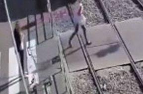mulher-perde-perna-ao-ser-atropelada-por-bonde-na-ucrania-enquanto-falava-ao-celular-veja-o-videio