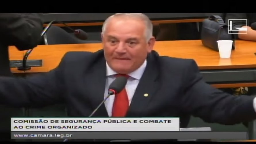 """Vídeo: deputado Carimbão diz que mãe de ministro deveria ser exposta de """"pernas abertas"""""""