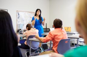 professora-dando-aula-sala-aula-alunos