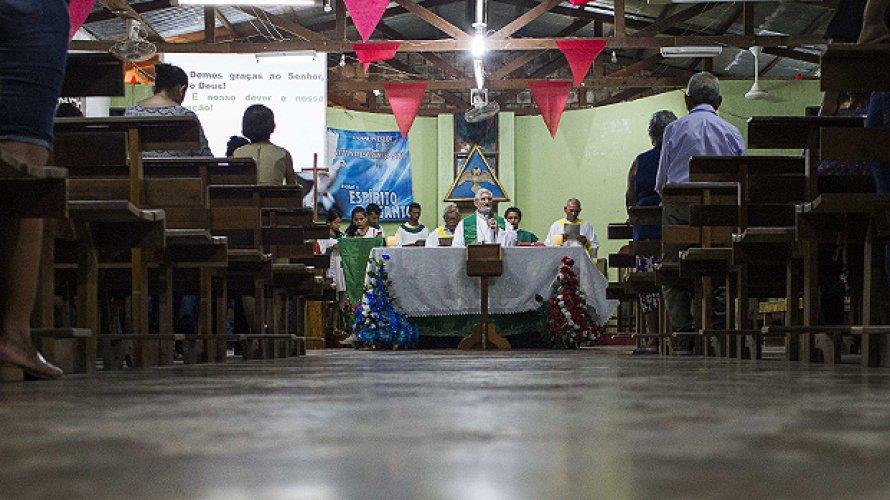Sem padres, igreja repensa celibato no Amazonas