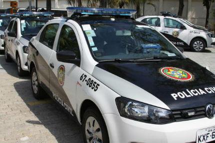 Policiais civis são presos suspeitos de extorquir criminoso que levava fuzil