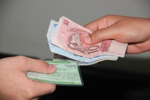 PF investiga utilização de ONG para comprar votos; vereador é conduzido