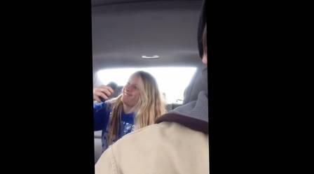 Pai filma escondido a filha em sessão constrangedora de selfies; vídeo