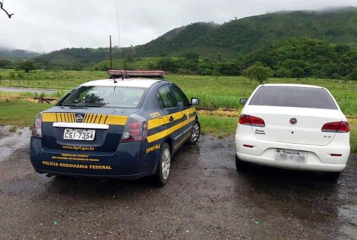 PRF apreende carro oficial de Arraial do Cabo com mais de R$ 22 mil em multas