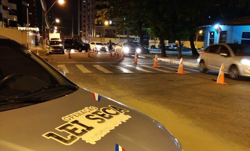 TRÂNSITO  Lei Seca prende três pessoas por embriaguez ao volante em área nobre de Maceió