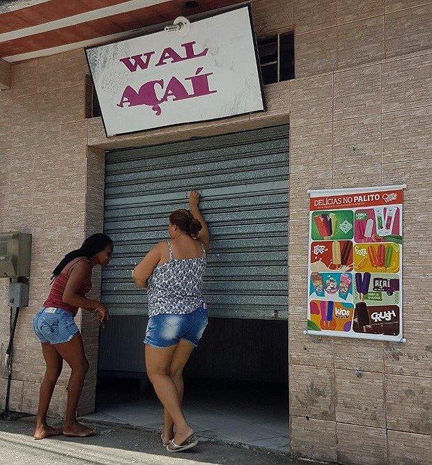 Bolsonaro emprega servidora fantasma que vende açaí em Angra dos Reis