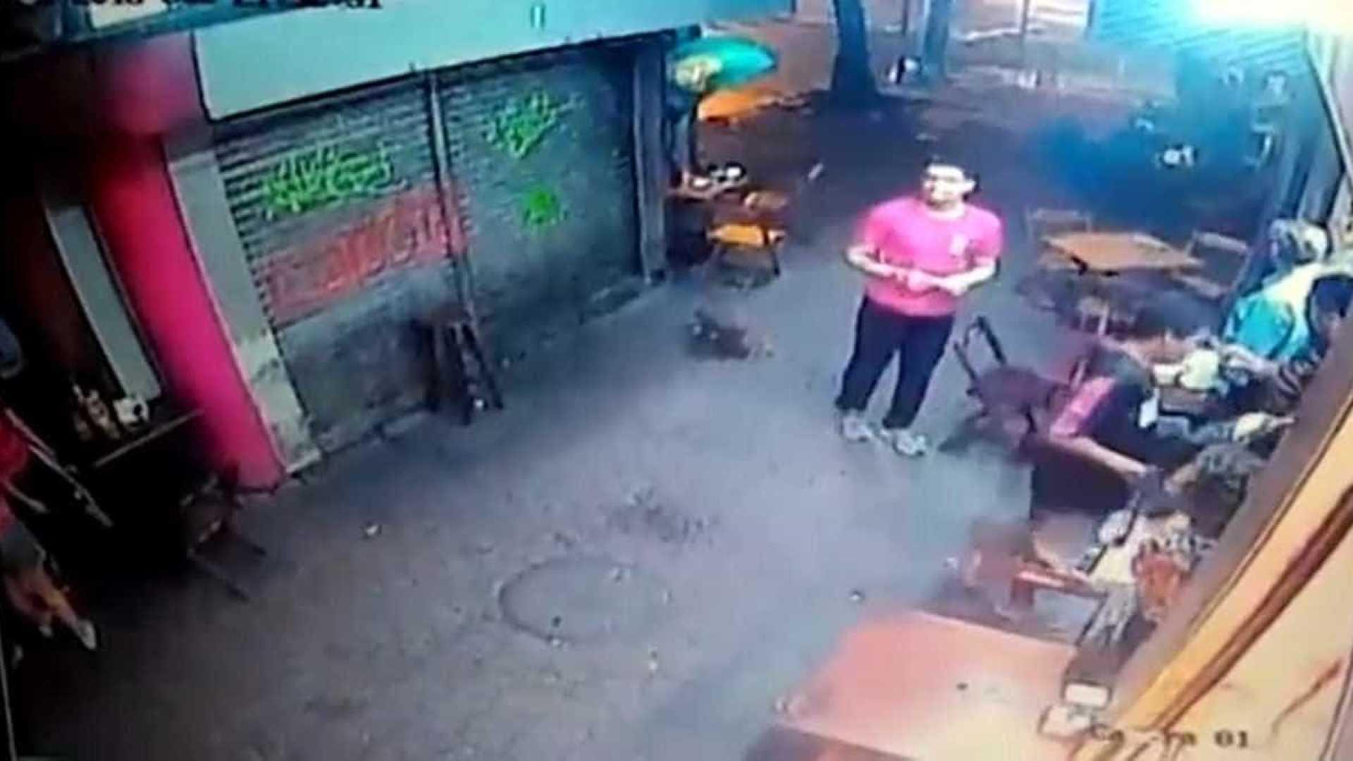 Câmera mostra garçom instantes antes de morrer em tiroteio no Rio
