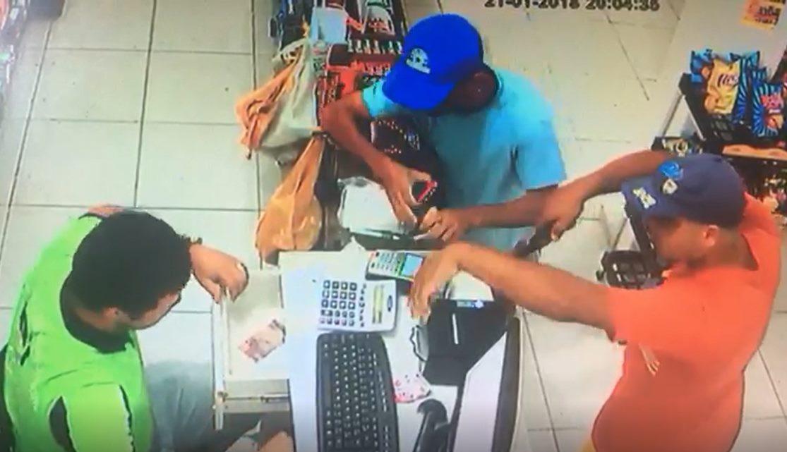 Câmeras de segurança flagram assalto a farmácia na parte alta de São Miguel dos Campos