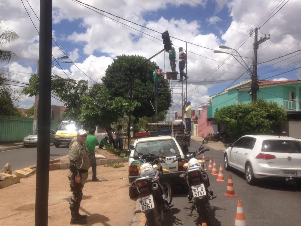 SMTT instala semáforo em cruzamento da Ceci Cunha e Nossa Senhora da Salete