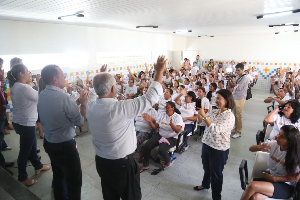 Rogério Teófilo se emociona com recepção das mulheres do Brisa do Lago