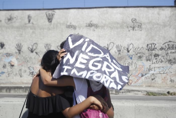 Taxa de homicídios de negros é mais do que o dobro da de brancos no Brasil