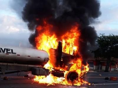 Vídeo: Acidente entre caminhão-pipa e moto deixa motociclista morto em Olivença