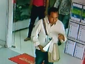 Vídeo: Homem é flagrado furtando celular de balcão de concessionária de motos