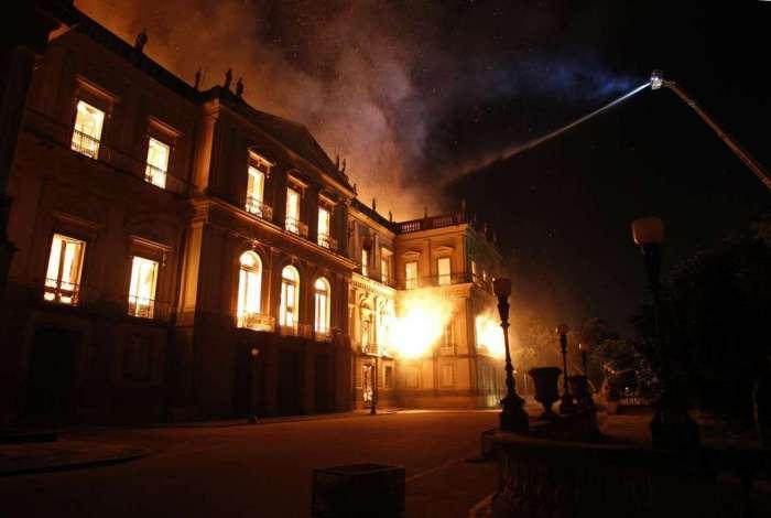 Incêndio atinge o Museu Nacional