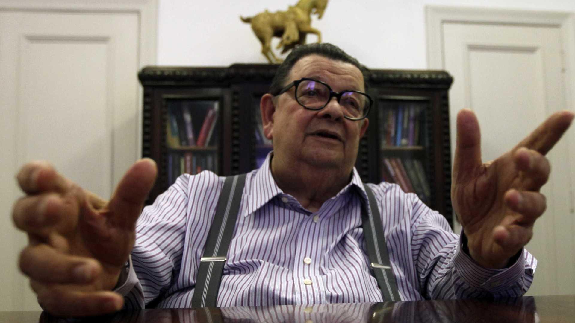 PT e Bolsonaro têm programas inconsistentes, diz Delfim Netto