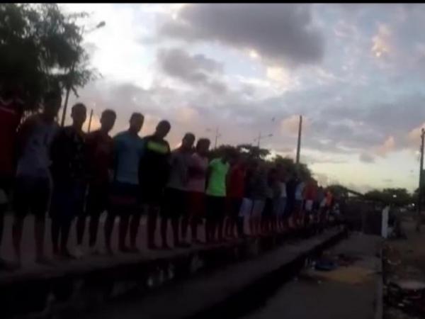 VÍDEO: policial é investigado após dar lição de moral em jovens durante operação