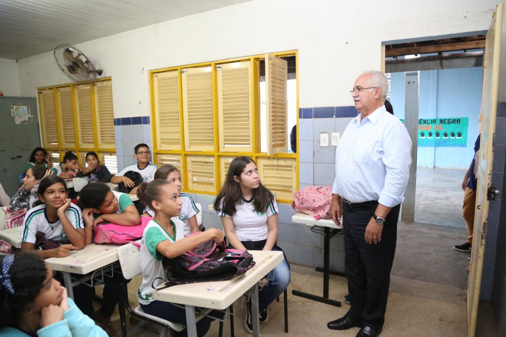 Prefeito realiza visita surpresa a Escola Guimarães Passos na Vila Fernandes