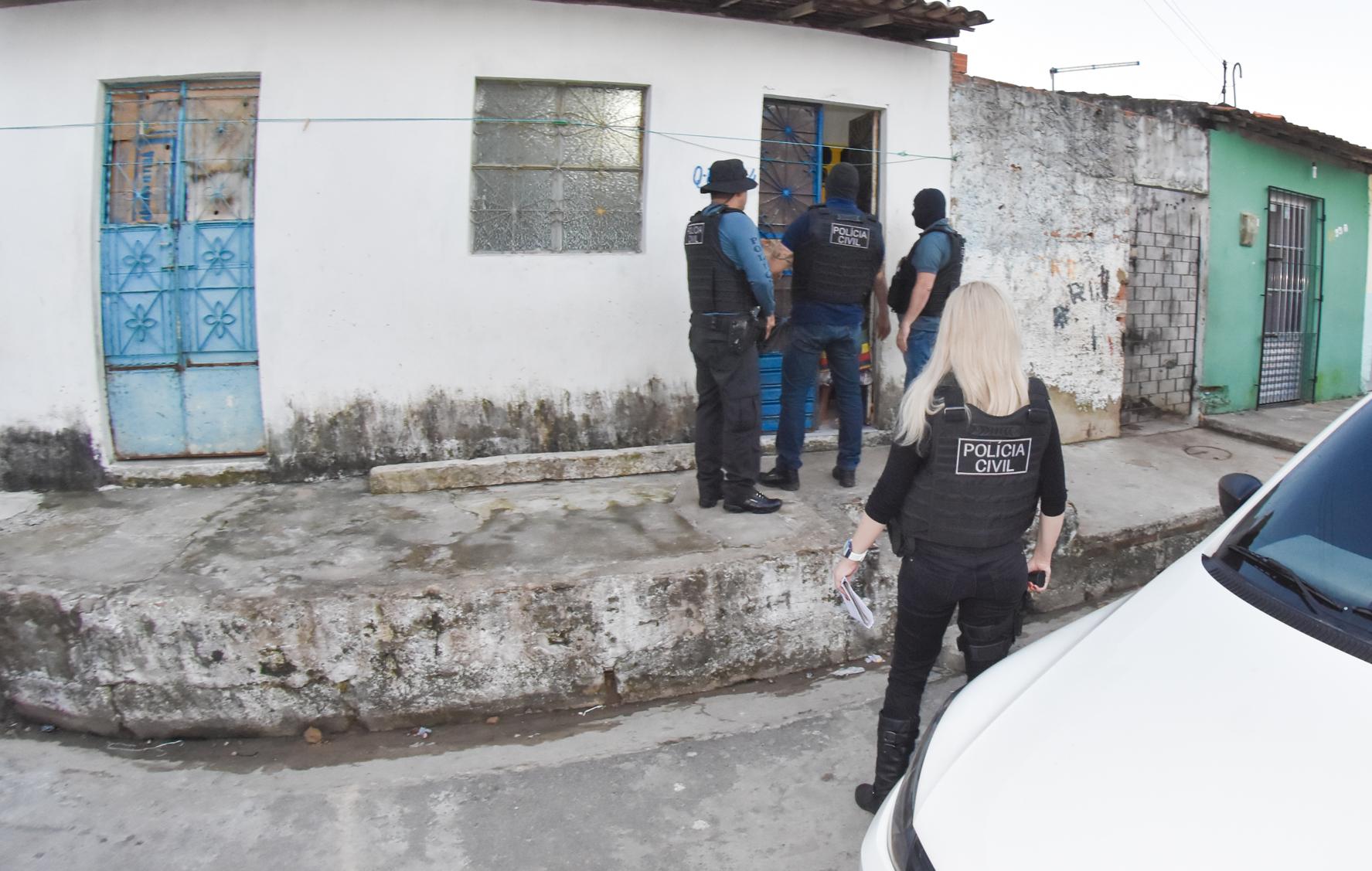 Policiais cumprem mandados contra suspeitos de homicídios em Maceió e região