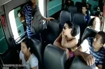 Vídeo. Bandido armado com faca assalta passageiros de van que faz linha Teotônio Vilela/Maceió
