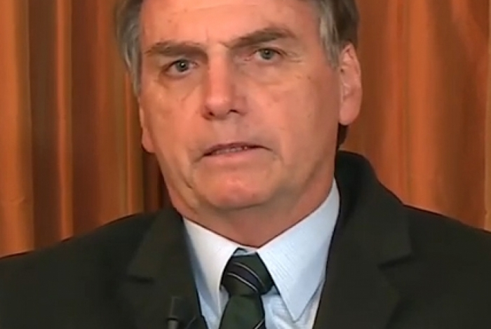 Em entrevista à Record, Bolsonaro apoia o filho: 'Vai dar tudo certo'