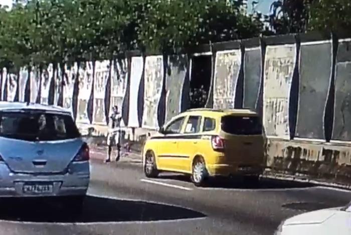 Homem sai de 'buraco' e assalta táxi na Linha Amarela; veja o vídeo