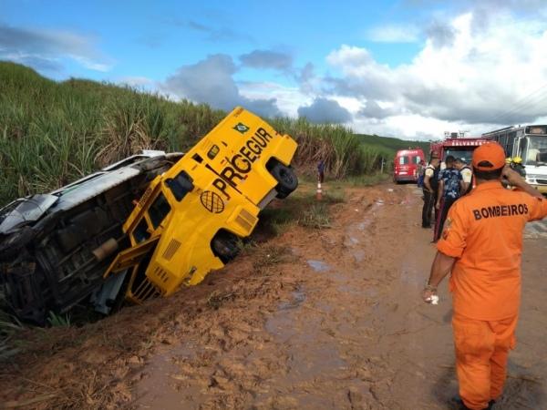 Colisão entre van e carro-forte deixa sete feridos em trecho da AL-101 Norte