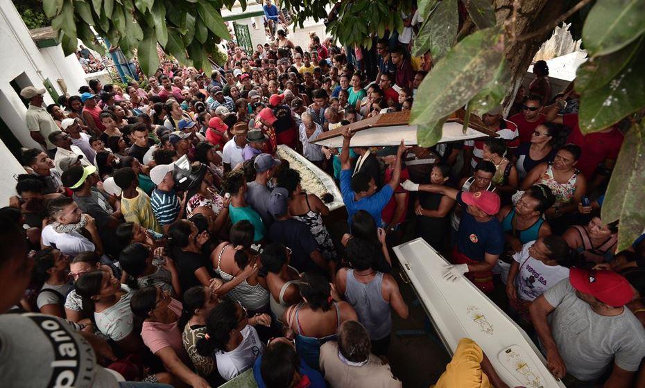 Multidão pede justiça em enterro de irmãos assassinados por alagoano em em Moreno/PE