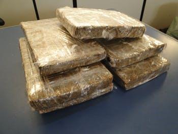 Criminosos fogem e policiais apreendem 8kg de maconha em residência