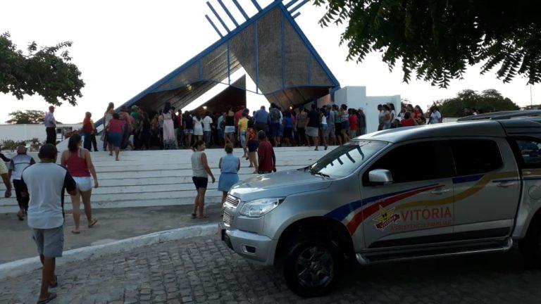 Vídeo: jovem morta que a mãe alegava estar viva é sepultada sob forte comoção em Delmiro Gouveia