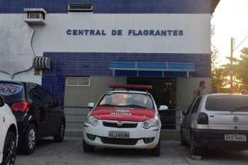 Adolescente é detido com arma e drogas em Maceió