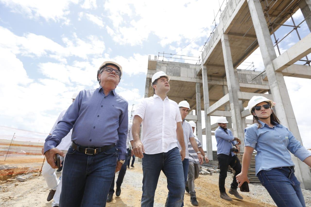 PARCERIA PÚBLICO-PRIVADA Governador visita obras de esgotamento sanitário no Benedito Bentes