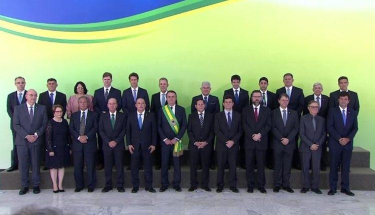 Com Moro ovacionado, Bolsonaro empossa seu ministério. Conheça a trajetória de cada ministro