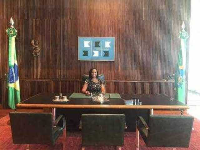 Amiga de Michelle faz tour no Alvorada e senta na cadeira do presidente