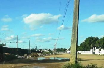 Arapiraca: Rua do Cemitério Santo Antônio vira ponto de descarte de entulho de construção e lixo
