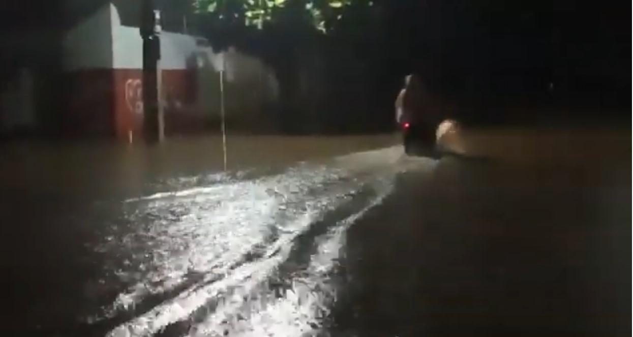 VÍDEOS: Chuvas alagam cidades do sertão de Alagoas