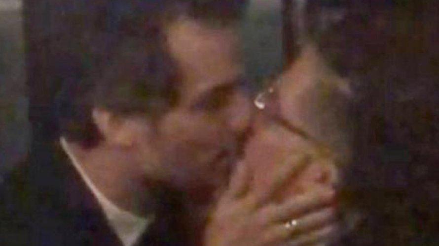 Vídeo: Wagner Moura e Jean Wllys se beijam na sessão de gala de Marighella