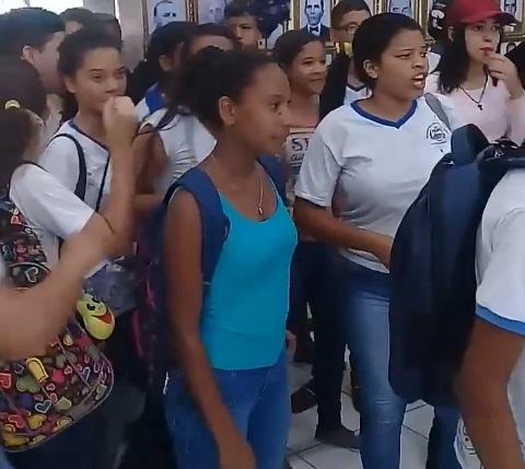 Estudantes protestam  por  pagamento dos transportadores  escolar em Santana do ipanema