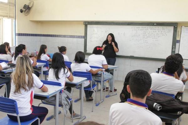 ESCOLA 10 Governo beneficia 160 mil estudantes alagoanos com oficinas e material didático