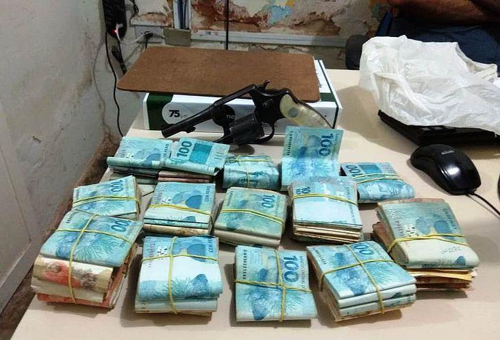 Polícia recupera R$ 44 mil de roubo à residência enterrados em galinheiro em Santana do Ipanema