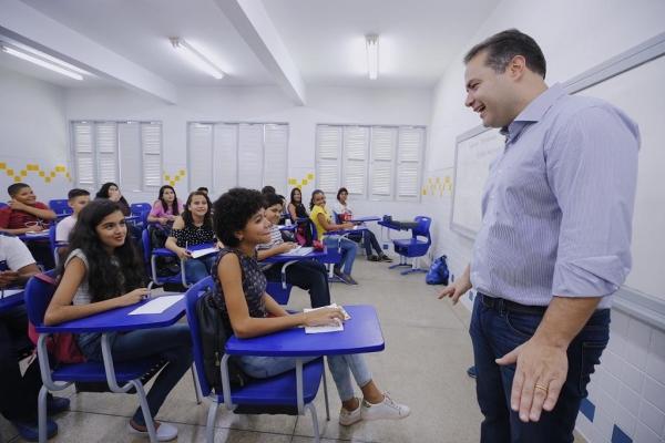 EDUCAÇÃO Governador anuncia rateio de recursos do Fundeb para 12 mil professores e monitores