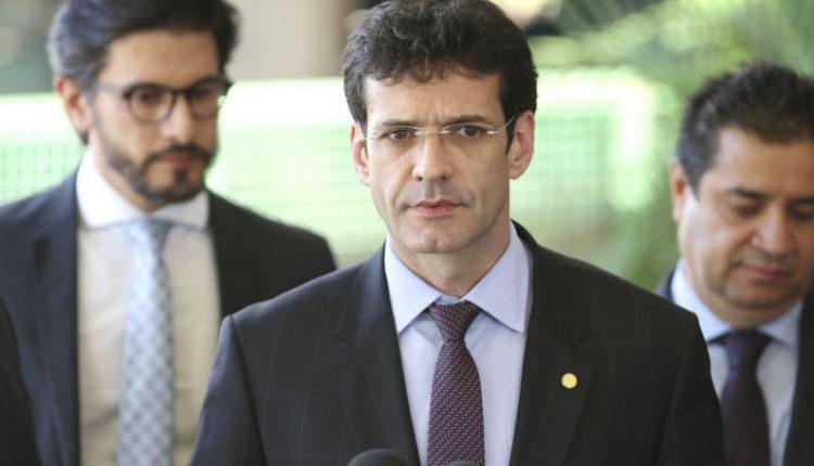 Bolsonaro exonera ministro do Turismo, suspeito de usar candidatas laranjas