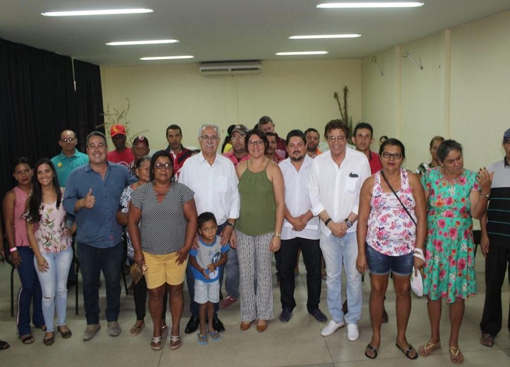 PREFEITURA ENTREGA BOLETOS QUITADOS DE DÍVIDAS DE AGRICULTORES NESTA SEGUNDA (18)