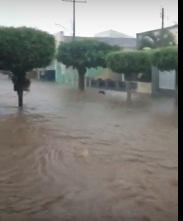 Vídeos: Forte chuva alaga ruas e provoca cheia em afluente do Rio Ipanema em Batalha