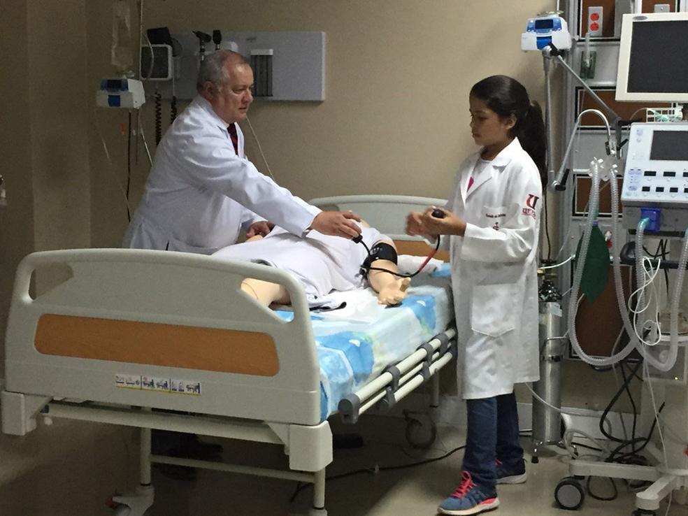 Maité uma menina  de 12 anos que concluiu curso de medicina