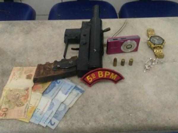 Polícia aborda carro de app e passageiro é preso com metralhadora artesanal