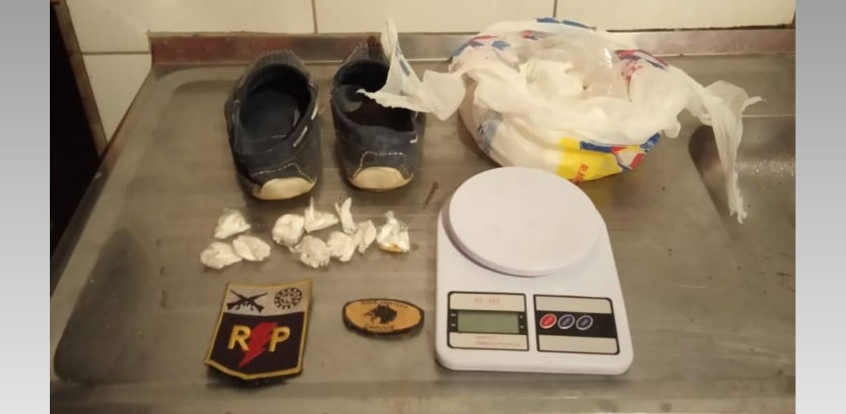 Rádio Patrulha do 3º BPM prende homem com 92 pedras de crack escondidas em par de sapatos