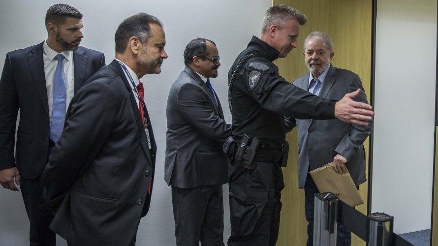'Cadê Queiroz?', questiona Lula, que diz ver tratamento diferente a Bolsonaro