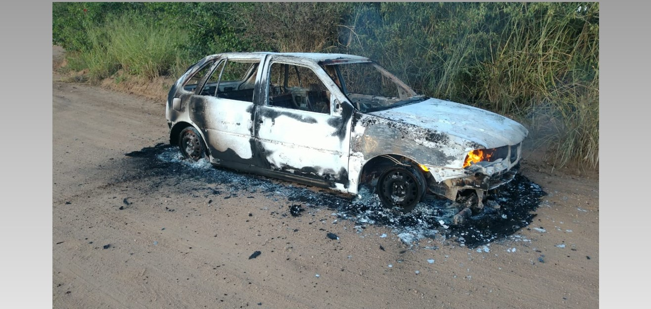 Veículo roubado em Teotônio Vilela é encontrado em chamas em matagal de Arapiraca