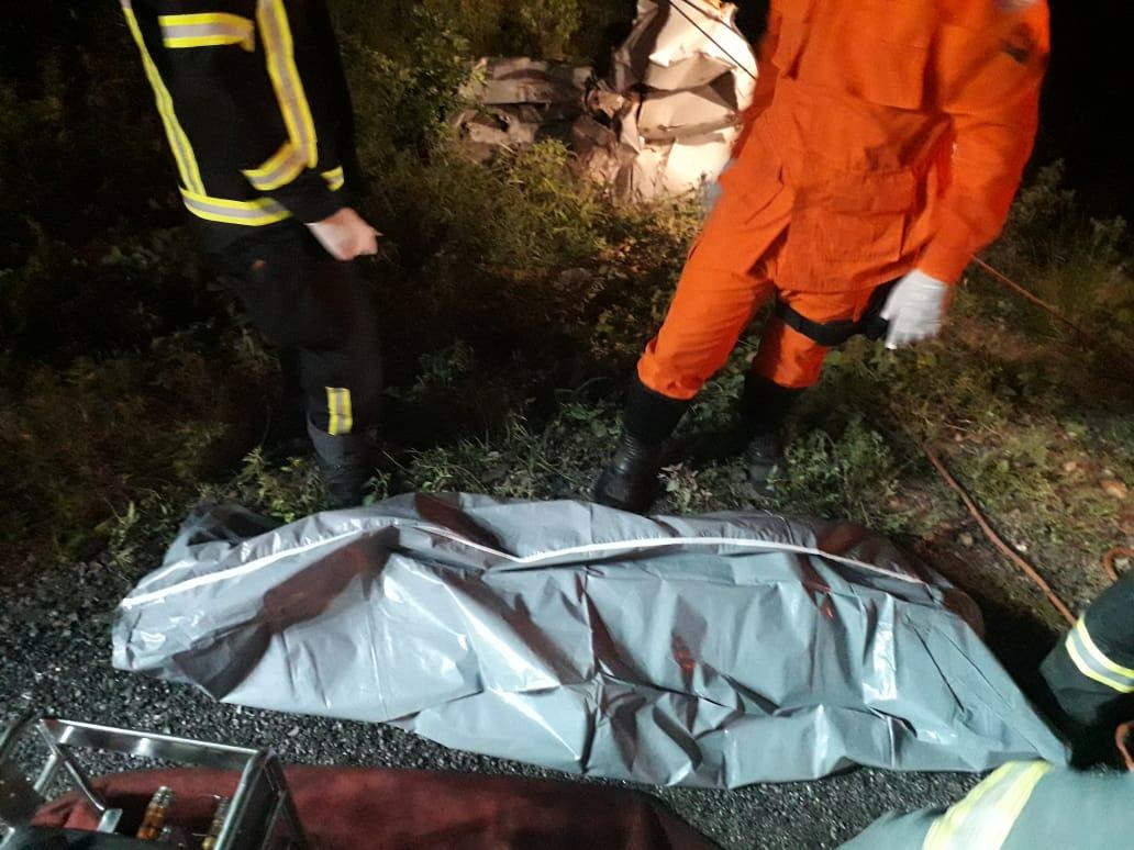 Colisão entre carro de passeio e caminhão deixa uma pessoa morta e duas feridas em Delmiro Gouveia