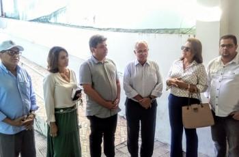 Vereadores entregam a Rogério Teófilo chaves do antigo prédio da Câmara Municipal de Arapiraca